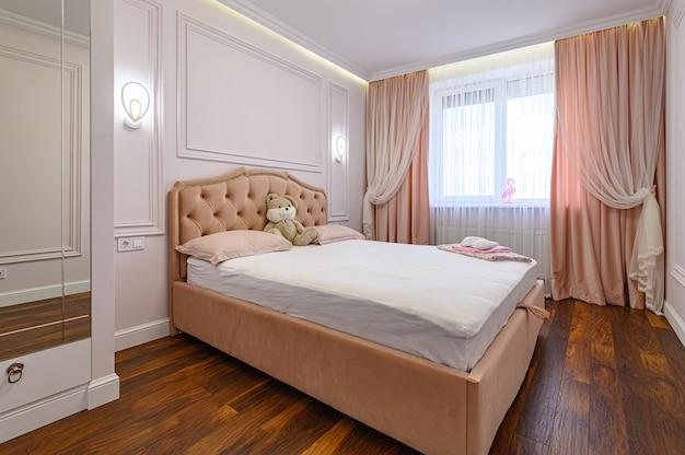 Interior de quarto moderno e luxuoso com cama de casal em tons de rosa