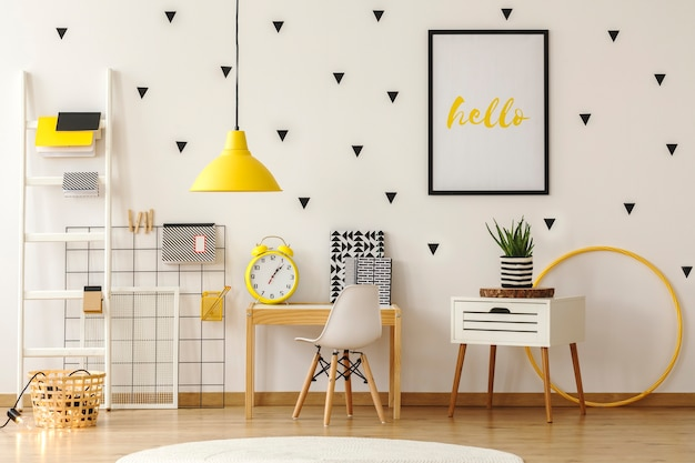 Interior de sala de jogos de criança brilhante com móveis de madeira e adesivos de triângulo preto na parede. foto real