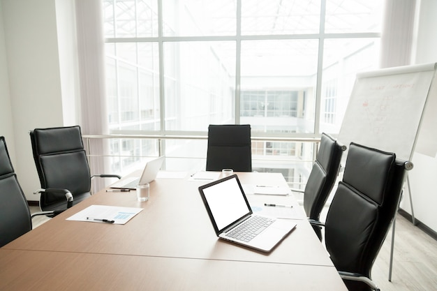 Interior de sala de reuniões de escritório moderno com mesa de conferência e grande janela