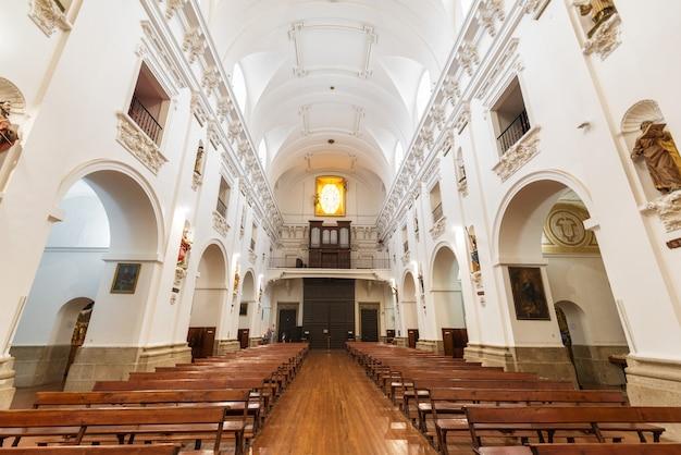 Interior de san ildefonso church ou igreja do jesuíta (iglesia de san idelfonso), toledo, espanha.