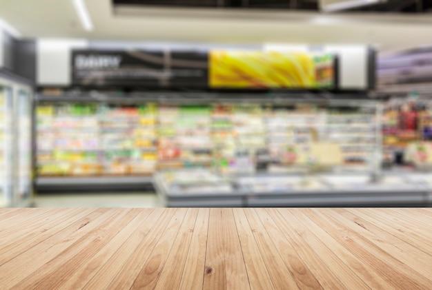 Interior de supermercado borrado