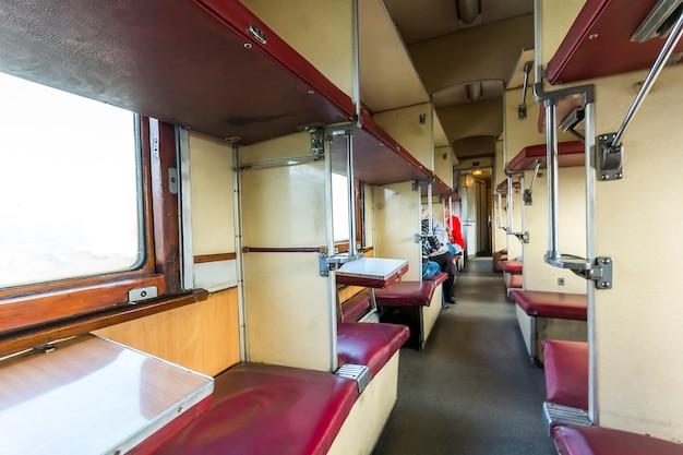Interior de trem vintage com assentos de carro para dormir