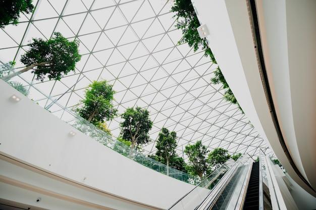Interior de um aeroporto com windows