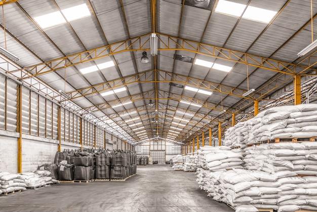 Interior de um armazém industrial com produtos químicos de arrasto