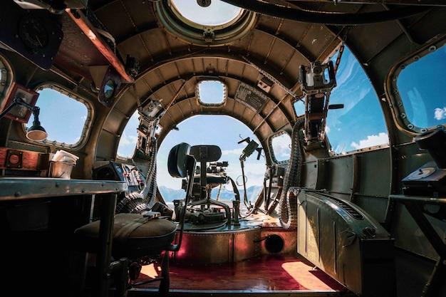 Interior de um avião bombardeiro b-17 da segunda guerra mundial em uma base aérea