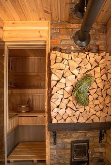 Interior de um banho russo de madeira com itens tradicionais para uso.