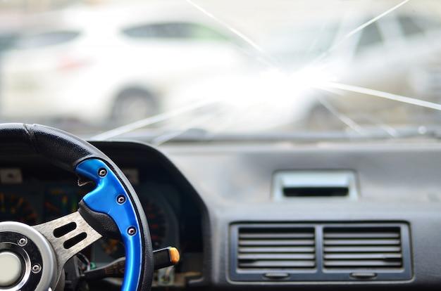 Interior de um carro durante um acidente de trânsito