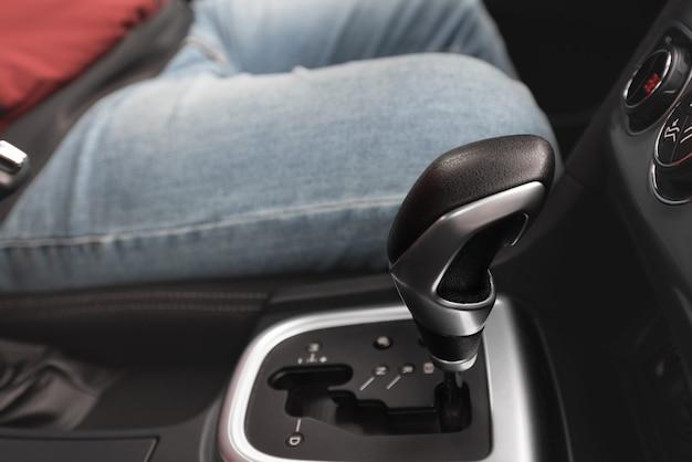 Interior de um carro moderno com caixa de câmbio automática
