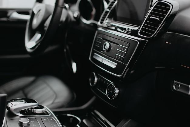 Interior de um carro moderno de luxo.