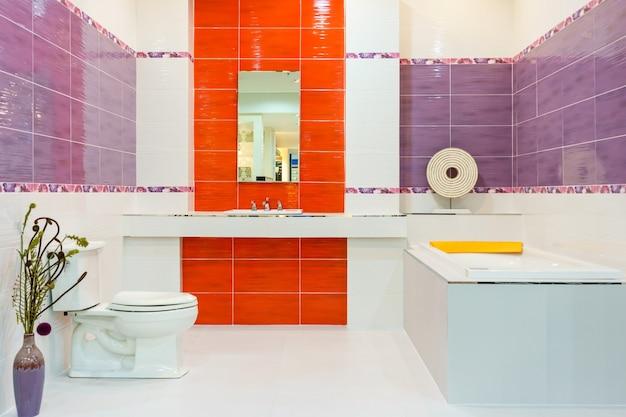 Interior, de, um, contemporâneo, banheiro, interior, com, um, branca, banheira, pias, e, banheiro