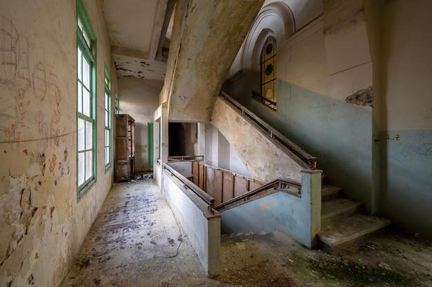Interior de um edifício religioso abandonado