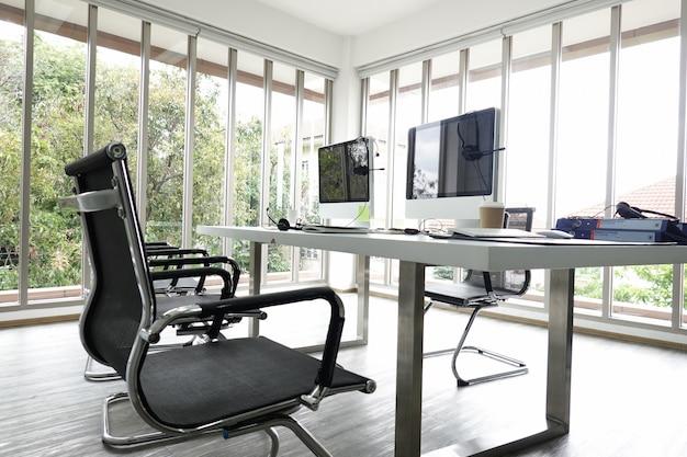 Interior de um escritório de negócios loft com vidro parede edifício