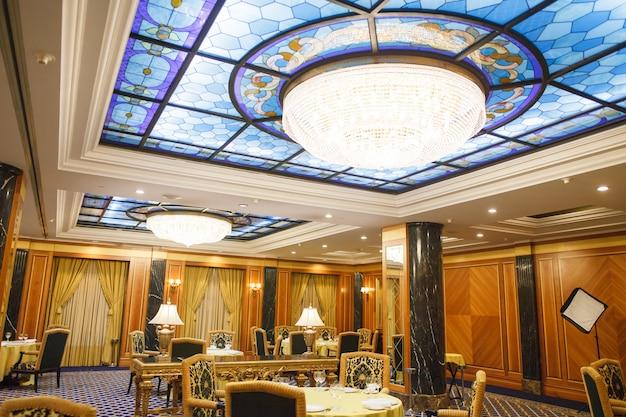 Interior de um hotel de cinco estrelas premium.