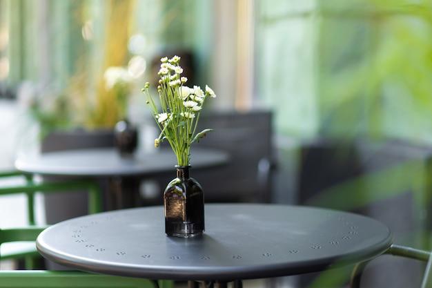 Interior de um parque infantil de verão sem pessoas com flores frescas em vasos. um café aconchegante.