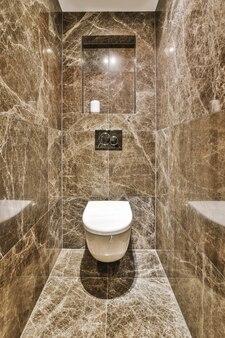 Interior de um pequeno banheiro limpo em estilo miniatura