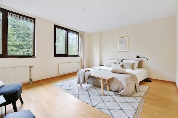 Interior de um quarto aconchegante e bem iluminado com belos móveis