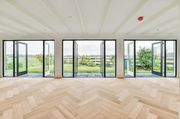 Interior de um quarto espaçoso em uma casa de luxo