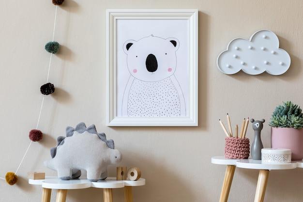 Interior de um quarto infantil escandinavo elegante com moldura para fotos, pelúcia, móveis de design, brinquedos e acessórios decoração de casa para quarto de criança.