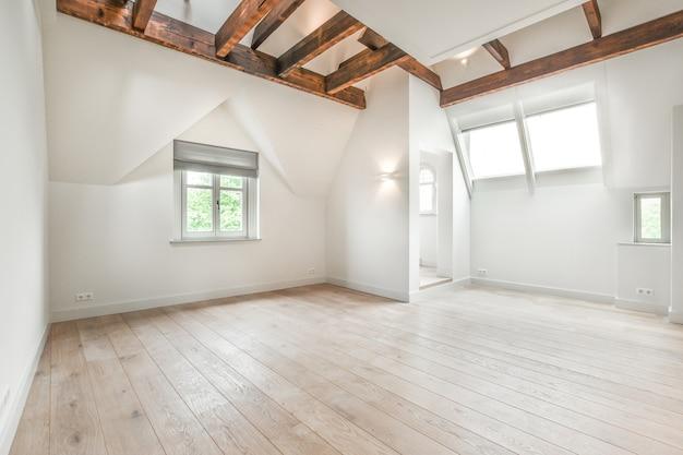 Interior de um quarto luminoso e espaçoso em casa de luxo
