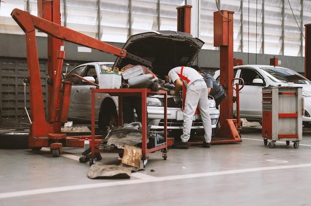 Interior de um reparo do carro na estação de serviço da garagem com foco suave e sobre a luz no fundo