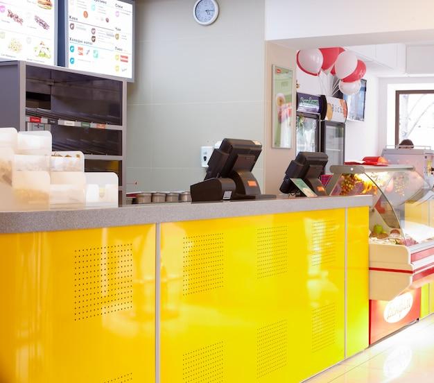 Interior de um restaurante de fast food