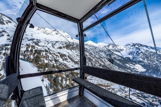 Interior de um teleférico de esqui