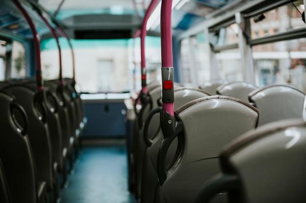 Interior de um transporte de ônibus público