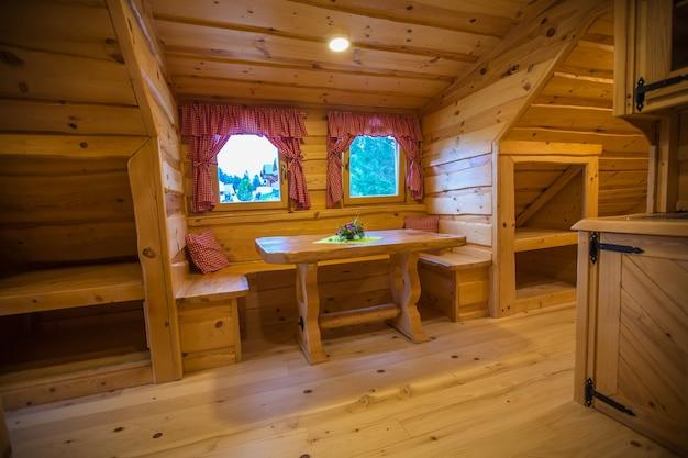 Interior de uma acomodação em cabana de madeira em lake bloke, nova vas, eslovênia