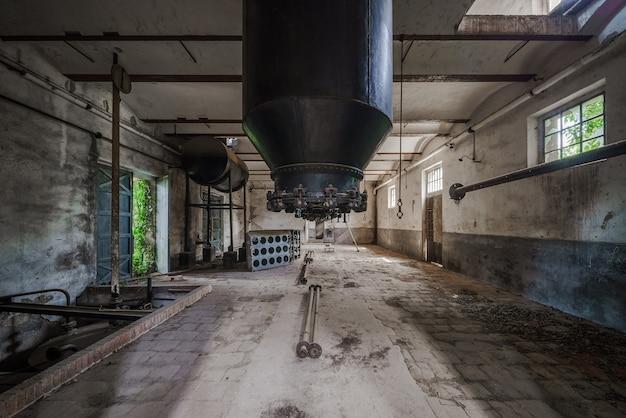 Interior de uma antiga fábrica abandonada