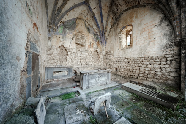 Interior de uma antiga igreja abandonada