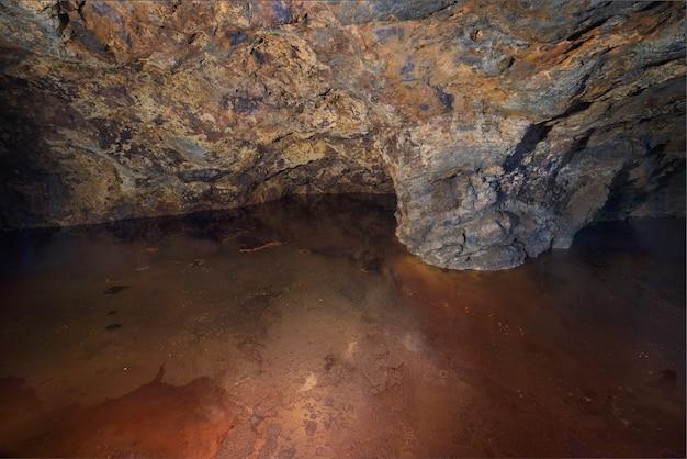 Interior de uma antiga mina pirita, um lago tonificado mineral vermelho foi formado, la union, murcia