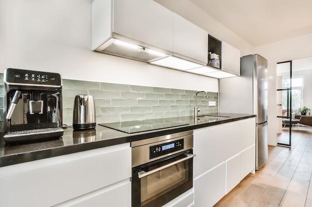 Interior de uma bela cozinha de uma casa de elite