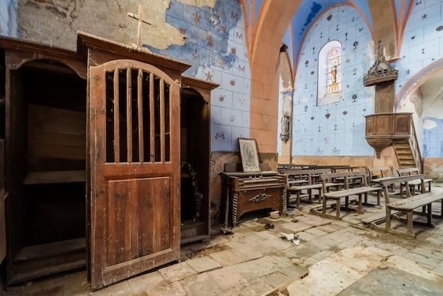 Interior de uma bela igreja azul abandonada