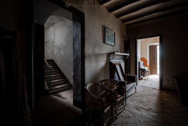 Interior de uma casa escura e abandonada