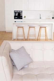Interior de uma cozinha branca em estilo escandinavo. foco seletivo suave.