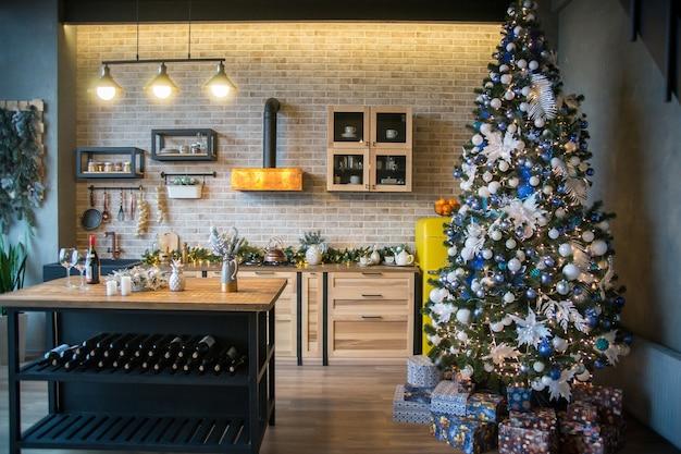 Interior de uma cozinha de natal, árvore de natal na cozinha, decoração