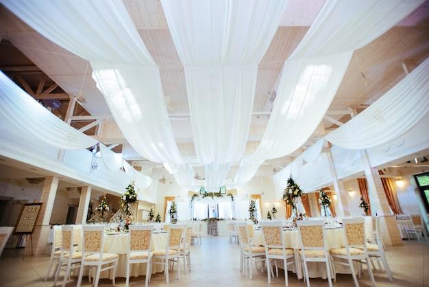 Interior de uma decoração de tenda de casamento pronta para os hóspedes
