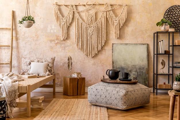 Interior de uma elegante sala de estar com chaise longue macramé e acessórios em conceito oriental