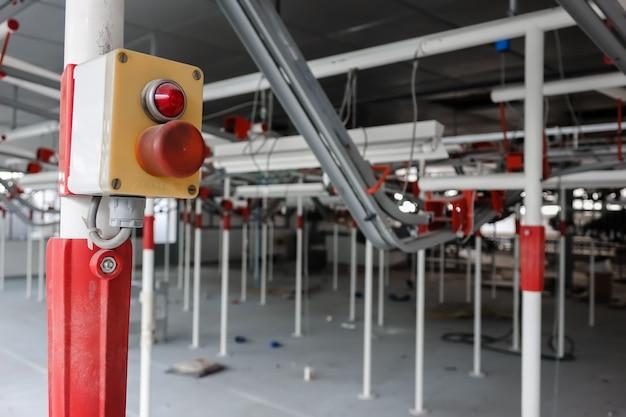 Interior de uma fábrica moderna abandonada