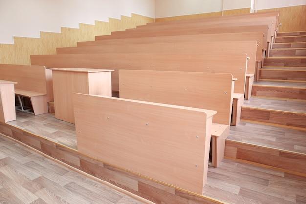Interior de uma grande sala de aula moderna