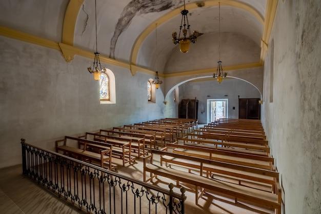 Interior de uma igreja em ruínas