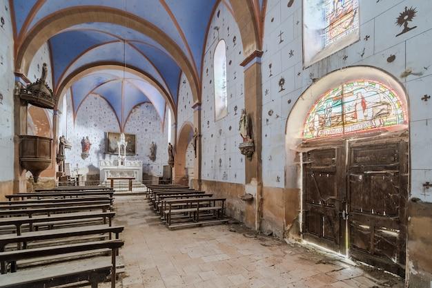 Interior de uma igreja vazia