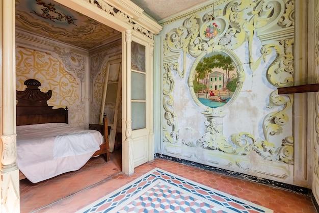 Interior de uma mansão luxuosa e antiga