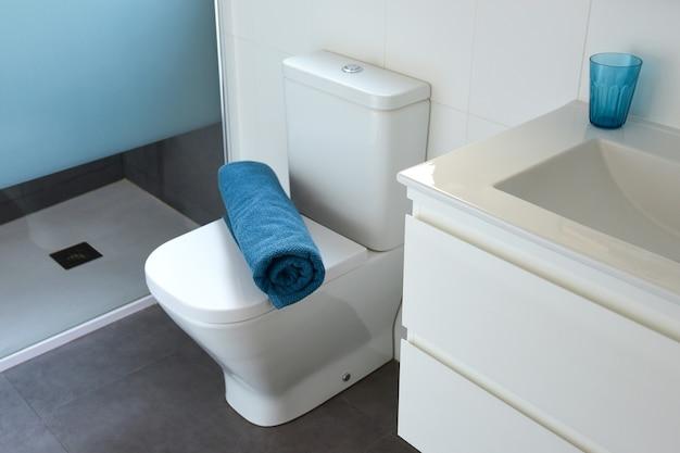 Interior de uma moderna casa de banho com duche e wc