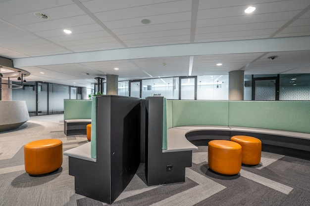 Interior de uma parte de um escritório moderno em espaço aberto
