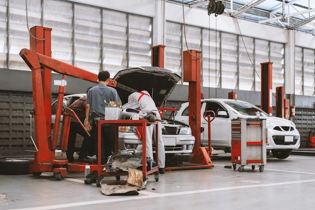 Interior de uma reparação de automóveis na estação de serviço de garagem