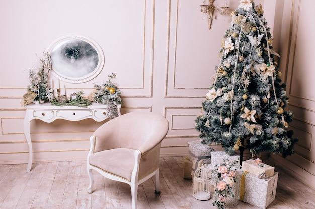 Interior de uma sala com lustre