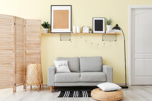 Interior de uma sala moderna com sofá