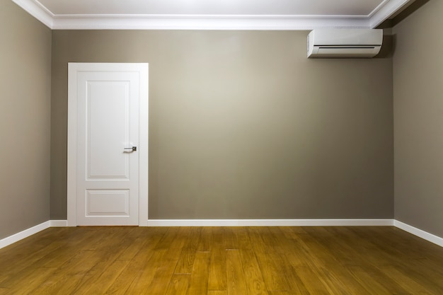 Interior de uma sala vazia no apartamento novo após a renovação
