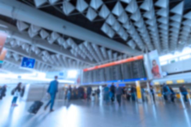Interior do aeroporto com uma placa de informação de voo. imagem desfocada borrada